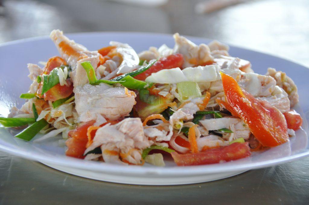 Chicken salad w Mirissie, w restauracji Ocean Moon. Tak prosto, a tak smacznie!