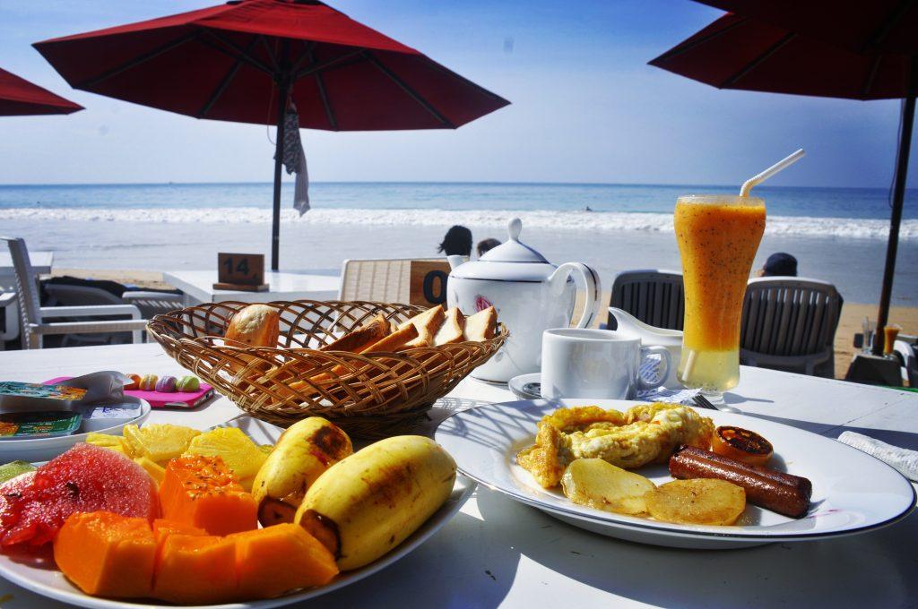 Świeże owoce, jajka i tosty z dżemem - standardowa turystyczna wersja śniadania na Sri Lance, Mirissa