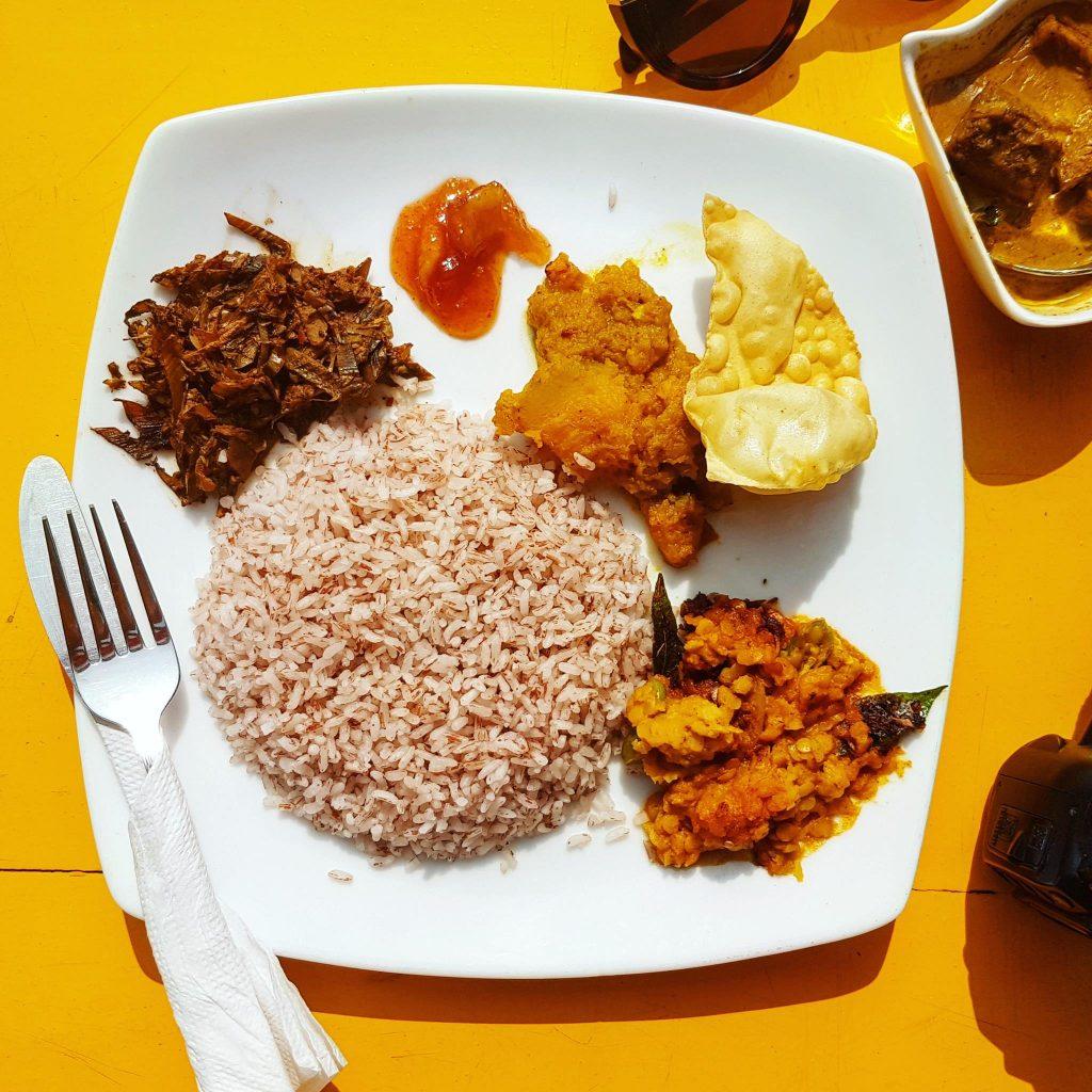Curry Fish - na lewo od ryżu smażone liście bananowca, chutney z mango, chips papadam, soczewica na ostro z curry i chili, ryba podawana jest w osobnym małym naczyniu, widocznym w prawym górnym rogu zdjęcia. Te i inne pyszności serwowano w najlepszej restauracji w Mirissie - Restaurant Central Inn