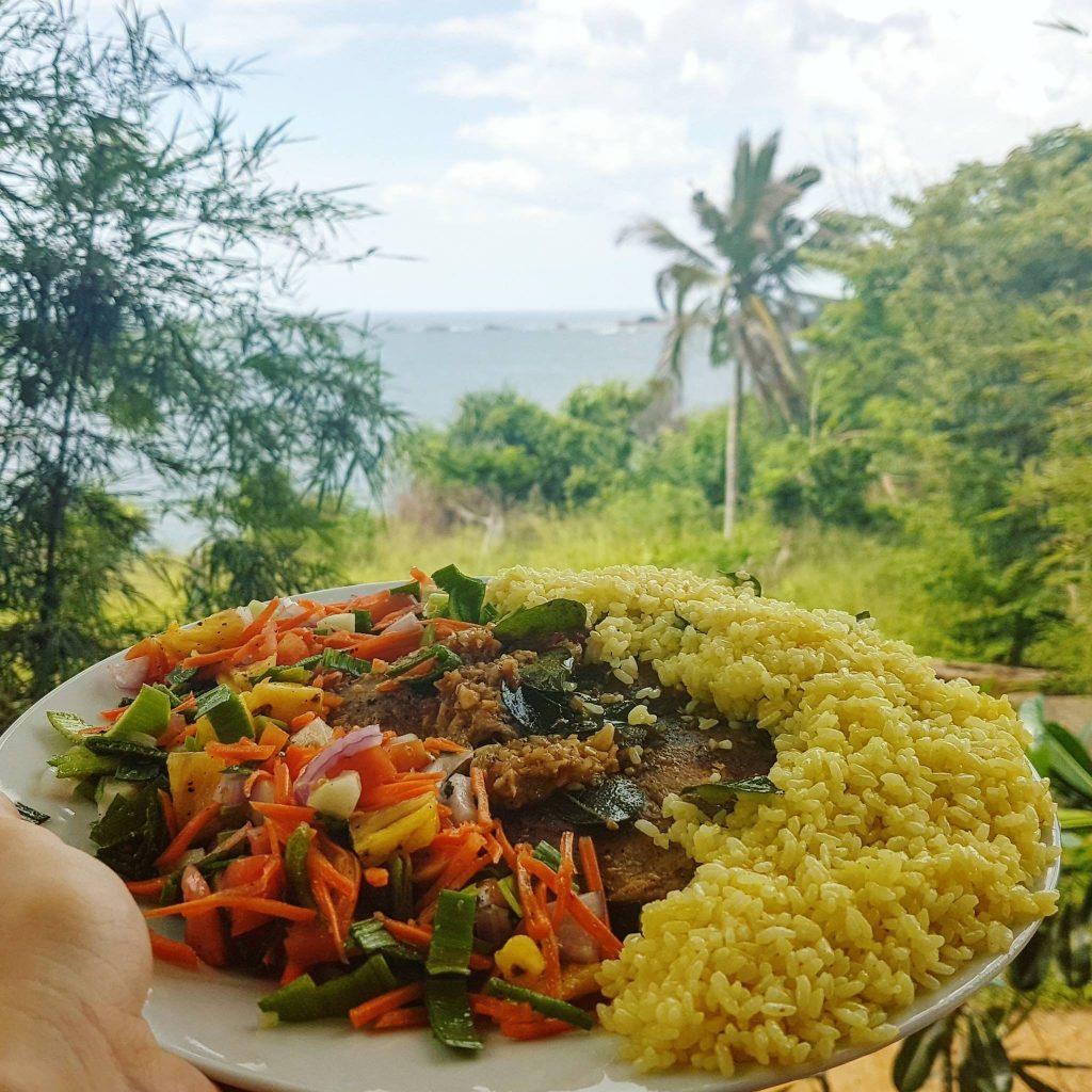 Tuna steak z wyśmienitą sałatką - w Sri Lance w kuchni bardzo chętnie wykorzystuje się szczypiorek - jest on bardziej aromatyczny od tego, który znamy i nadaje potrawom wyjątkowy, egzotyczny smak. Restauracja Jungle Beach, Unawatuna