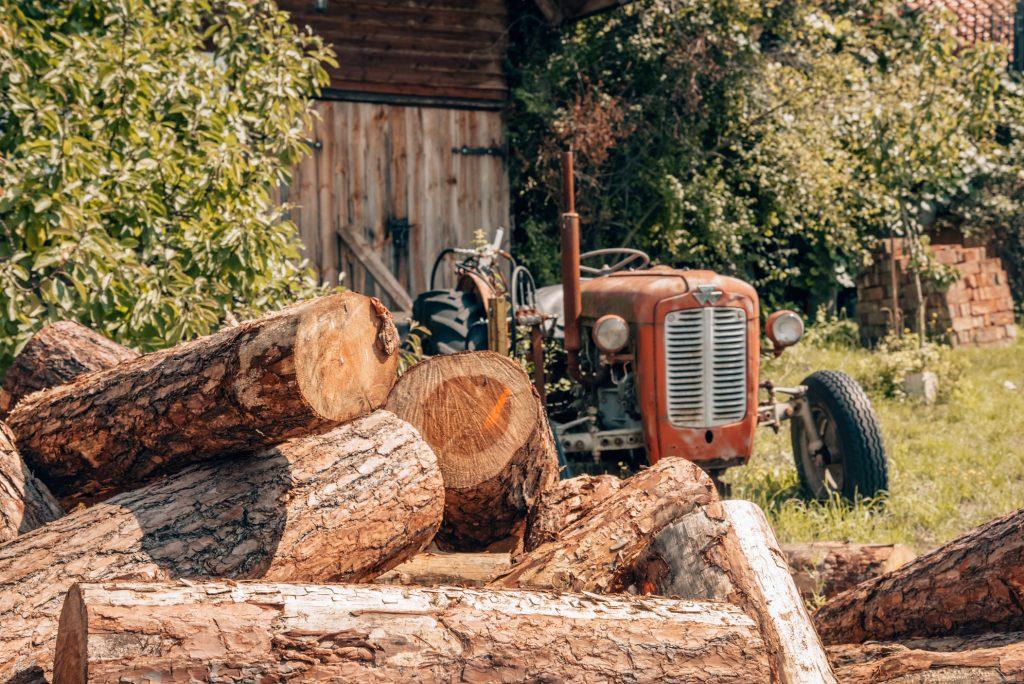 na lesnej polanie traktor